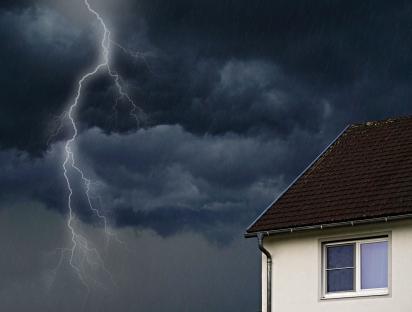 Bei Unwetter gibt es häufig Blitzeinschläge in Häusern